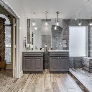Foto di una stanza da bagno padronale chic di medie dimensioni con ante in stile shaker, ante grigie, WC monopezzo, piastrelle grigie, piastrelle in gres porcellanato, pareti grigie, pavimento in gres porcellanato, top in superficie solida e lavabo a consolle