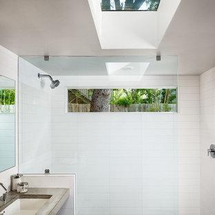 Exempel på ett modernt badrum, med bänkskiva i betong och betonggolv