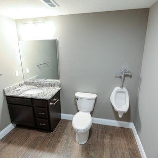 Foto de cuarto de baño principal, grande, con puertas de armario de madera en tonos medios, ducha abierta, urinario, paredes grises, suelo de baldosas de cerámica, lavabo bajoencimera y encimera de granito