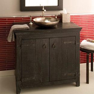Modelo de cuarto de baño con ducha, clásico renovado, pequeño, con armarios tipo mueble, puertas de armario de madera en tonos medios, paredes beige, suelo de linóleo, lavabo sobreencimera y encimera de madera