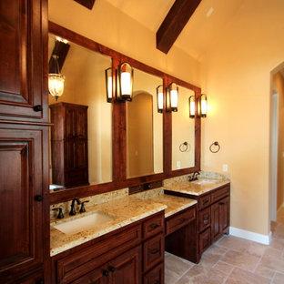 Idee per una stanza da bagno padronale classica di medie dimensioni con lavabo sottopiano, ante con bugna sagomata, ante in legno scuro, top in granito, doccia aperta, piastrelle nere, piastrelle di vetro, pareti beige e pavimento in travertino