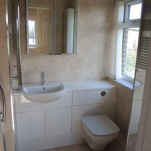 На фото: маленькая главная ванная комната в стиле модернизм с плоскими фасадами, белыми фасадами, душем в нише, инсталляцией, бежевой плиткой, керамической плиткой, бежевыми стенами, полом из керамической плитки, накладной раковиной и столешницей из ламината