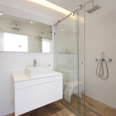 Modern Bathroom by Netalie peled