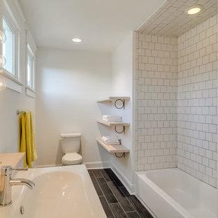 Mittelgroßes Shabby Look Badezimmer En Suite Mit Badewanne In Nische,  Duschbadewanne, Wandtoilette Mit