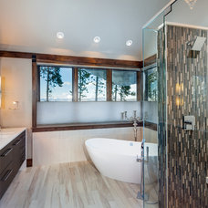 Rustic Bathroom by Pinnacle Mountain Homes