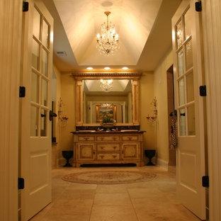 シカゴの大きいエクレクティックスタイルのおしゃれなマスターバスルーム (家具調キャビネット、グレーのキャビネット、ドロップイン型浴槽、オープン型シャワー、一体型トイレ、白いタイル、大理石タイル、黄色い壁、大理石の床、アンダーカウンター洗面器、大理石の洗面台、黄色い床、オープンシャワー、ブラウンの洗面カウンター) の写真