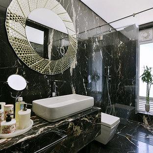 Стильный дизайн: маленькая ванная комната в современном стиле с плоскими фасадами, инсталляцией, черной плиткой, черными стенами, мраморным полом, консольной раковиной и мраморной столешницей - последний тренд
