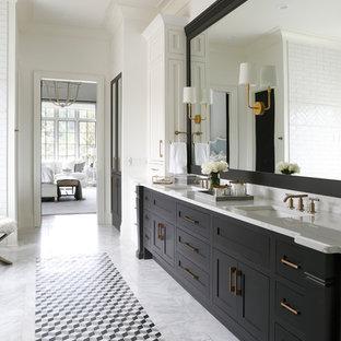 Diseño de cuarto de baño principal, costero, con armarios estilo shaker, puertas de armario negras, paredes blancas, lavabo bajoencimera y suelo gris