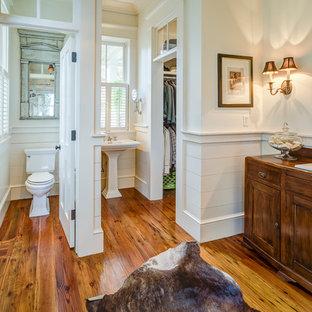 Foto di una stanza da bagno tradizionale con lavabo da incasso, ante in stile shaker, ante in legno bruno, WC a due pezzi, pareti bianche e pavimento in legno massello medio