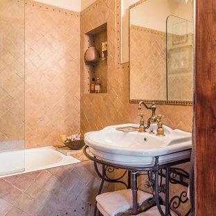 Esempio di una stanza da bagno eclettica di medie dimensioni con ante di vetro, ante in legno scuro, vasca da incasso, doccia aperta, piastrelle marroni, piastrelle in ceramica, pareti beige e pavimento in gres porcellanato