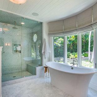 Bild på ett stort vintage en-suite badrum, med ett fristående badkar, vit kakel, vita väggar, en hörndusch, stenhäll och marmorgolv