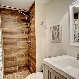 Modelo de cuarto de baño con ducha, rústico, de tamaño medio, con puertas de armario grises, ducha empotrada, baldosas y/o azulejos beige, paredes grises, armarios con puertas mallorquinas, baldosas y/o azulejos de cerámica y ducha con cortina