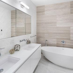 Ejemplo de cuarto de baño principal, contemporáneo, de tamaño medio, con armarios tipo vitrina, puertas de armario blancas, baldosas y/o azulejos blancos, baldosas y/o azulejos de mármol, paredes blancas, suelo de mármol, encimera de mármol y encimeras blancas