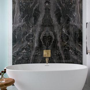 Idéer för att renovera ett stort vintage en-suite badrum, med släta luckor, vita skåp, ett fristående badkar, en dubbeldusch, en vägghängd toalettstol, beige kakel, marmorkakel, vita väggar, marmorgolv, ett undermonterad handfat, bänkskiva i onyx, beiget golv och dusch med gångjärnsdörr