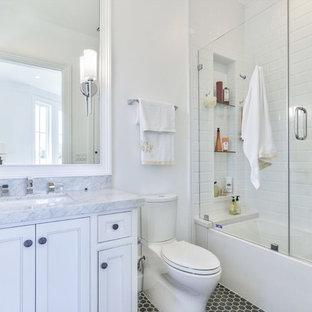 Idéer för att renovera ett vintage badrum med dusch, med luckor med profilerade fronter, vita skåp, ett badkar i en alkov, en dusch/badkar-kombination, vit kakel, vita väggar, ett undermonterad handfat, grått golv och dusch med gångjärnsdörr