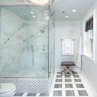 Imagen de sauna clásica renovada, grande, con lavabo bajoencimera, sanitario de dos piezas, baldosas y/o azulejos grises, baldosas y/o azulejos de piedra, paredes grises y suelo de mármol