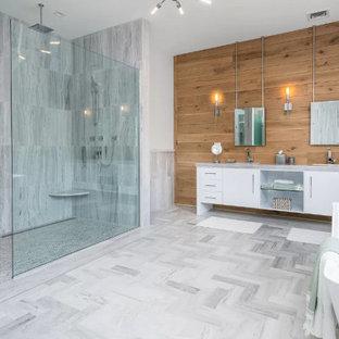 Immagine di una stanza da bagno costiera con panca da doccia, due lavabi e mobile bagno freestanding