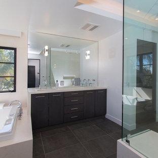 Inspiration för ett stort funkis beige beige en-suite badrum, med släta luckor, bruna skåp, en jacuzzi, våtrum, vit kakel, spegel istället för kakel och bänkskiva i kvarts