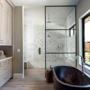 Modelo de cuarto de baño principal, campestre, grande, con armarios estilo shaker, bañera exenta, ducha abierta, baldosas y/o azulejos blancos, baldosas y/o azulejos grises, baldosas y/o azulejos multicolor, baldosas y/o azulejos de mármol, suelo de baldosas de porcelana, encimera de cuarzo compacto, ducha abierta, puertas de armario grises, paredes grises, suelo beige y encimeras blancas