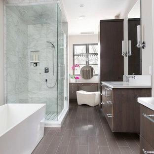 Foto di un'ampia stanza da bagno padronale design con porta doccia a battente, ante lisce, ante marroni, vasca freestanding, doccia doppia, lavabo integrato, top in laminato, top bianco, pareti bianche e pavimento marrone