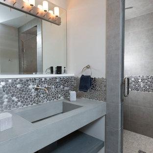 Diseño de cuarto de baño principal, actual, grande, con baldosas y/o azulejos grises, suelo de baldosas tipo guijarro, paredes grises, suelo de baldosas de porcelana, armarios abiertos, ducha empotrada, lavabo integrado, encimera de cemento, suelo gris, ducha con puerta con bisagras y encimeras grises