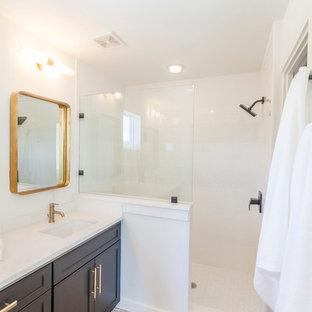 Immagine di una stanza da bagno padronale contemporanea di medie dimensioni con ante in stile shaker, ante nere, doccia alcova, pareti bianche, pavimento in mattoni e lavabo sottopiano