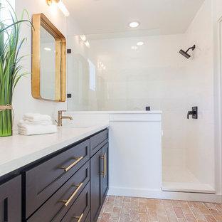 Idéer för ett mellanstort modernt en-suite badrum, med skåp i shakerstil, svarta skåp, en dusch i en alkov, en toalettstol med separat cisternkåpa, vit kakel, vita väggar, tegelgolv och ett undermonterad handfat
