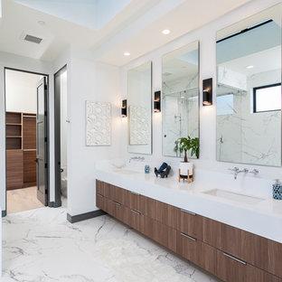 Ispirazione per una stanza da bagno padronale design con ante lisce, ante in legno bruno, pareti bianche, lavabo sottopiano, pavimento bianco e top bianco