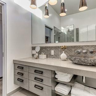 オクラホマシティの広いコンテンポラリースタイルのおしゃれなバスルーム (浴槽なし) (フラットパネル扉のキャビネット、グレーのキャビネット、白い壁、ベッセル式洗面器、グレーのタイル、コーナー設置型シャワー、セラミックタイル、クッションフロア、珪岩の洗面台、グレーの床、開き戸のシャワー) の写真