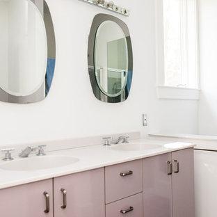 Foto di una stanza da bagno con doccia classica di medie dimensioni con ante lisce, ante viola, pareti bianche, lavabo integrato e top in superficie solida