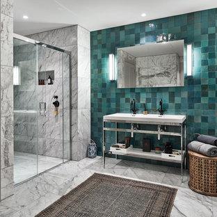 Пример оригинального дизайна: большая главная ванная комната в стиле модернизм с открытыми фасадами, душем в нише, унитазом-моноблоком, синей плиткой, терракотовой плиткой, белыми стенами, мраморным полом, консольной раковиной, столешницей из искусственного камня, белым полом и душем с раздвижными дверями
