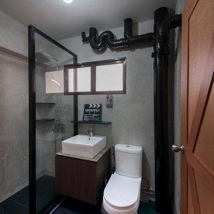 Esempio di una stanza da bagno industriale con ante lisce, ante in legno bruno, doccia aperta, piastrelle nere, lavabo a bacinella e doccia aperta