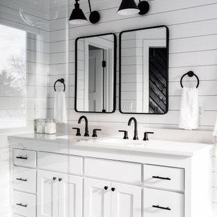Lantlig inredning av ett stort vit vitt en-suite badrum, med skåp i shakerstil, vita skåp, ett fristående badkar, en öppen dusch, en toalettstol med separat cisternkåpa, vit kakel, tunnelbanekakel, vita väggar, klinkergolv i keramik, ett undermonterad handfat, bänkskiva i kvarts, vitt golv och dusch med gångjärnsdörr