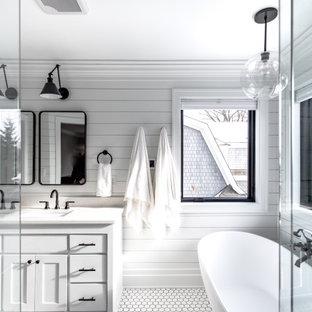 Свежая идея для дизайна: большая главная ванная комната в стиле кантри с фасадами в стиле шейкер, белыми фасадами, отдельно стоящей ванной, открытым душем, раздельным унитазом, белой плиткой, плиткой кабанчик, белыми стенами, полом из керамической плитки, врезной раковиной, столешницей из искусственного кварца, белым полом, душем с распашными дверями, белой столешницей, унитазом, тумбой под две раковины, встроенной тумбой и стенами из вагонки - отличное фото интерьера