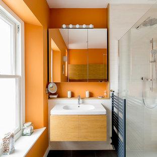 Immagine di una stanza da bagno minimal con pareti arancioni e pavimento grigio