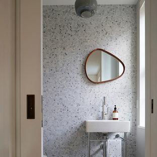 Réalisation d'une salle d'eau design avec un mur multicolore, un sol en carrelage de terre cuite, un WC à poser, un carrelage bleu, un carrelage de pierre et un plan vasque.