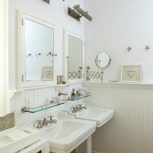 Неиссякаемый источник вдохновения для домашнего уюта: маленькая детская ванная комната в морском стиле с открытыми фасадами, белыми фасадами, открытым душем, инсталляцией, белыми стенами, деревянным полом, консольной раковиной, белым полом, душем с распашными дверями и белой столешницей