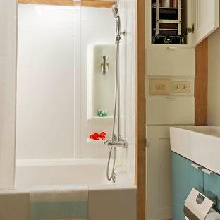 Ispirazione per una piccola stanza da bagno padronale boho chic con ante lisce, ante blu, vasca ad alcova, vasca/doccia, parquet chiaro, lavabo rettangolare e doccia con tenda
