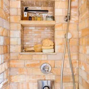 Kleines Mediterranes Badezimmer mit Duschnische, Wandtoilette mit Spülkasten, orangefarbenen Fliesen, Steinfliesen, bunten Wänden, Keramikboden und Wandwaschbecken in New York