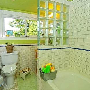 Imagen de cuarto de baño infantil, de estilo americano, pequeño, con lavabo tipo consola, bañera empotrada, combinación de ducha y bañera, sanitario de dos piezas, baldosas y/o azulejos blancos, baldosas y/o azulejos de cemento, paredes verdes y suelo de baldosas de cerámica