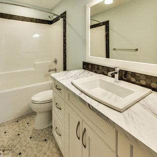 Esempio di una stanza da bagno american style con WC a due pezzi, piastrelle nere, piastrelle di cemento, pareti blu, pavimento in linoleum, lavabo da incasso e top in laminato