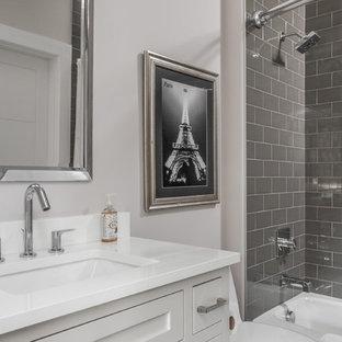 Пример оригинального дизайна: ванная комната среднего размера в стиле современная классика с душем над ванной, серой плиткой, столешницей из кварцита, фасадами в стиле шейкер, белыми фасадами, ванной в нише, плиткой кабанчик, белыми стенами, душевой кабиной, врезной раковиной и шторкой для душа