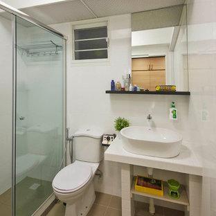 Idee per una stanza da bagno con doccia scandinava di medie dimensioni con nessun'anta, ante beige, doccia aperta, WC monopezzo, piastrelle beige, piastrelle in ceramica, pareti bianche, pavimento con piastrelle in ceramica, lavabo da incasso e top in zinco