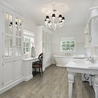 Immagine di una stanza da bagno vittoriana con ante con riquadro incassato, ante bianche, piastrelle bianche e pareti bianche