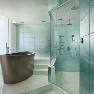 Bild på ett funkis en-suite badrum, med ett fristående badkar och grön kakel