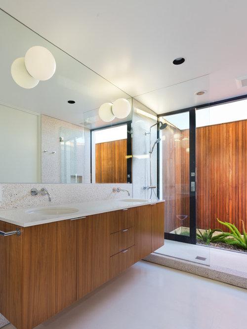 Salle de bain r tro avec des portes de placard en bois for Porte placard salle de bain bois