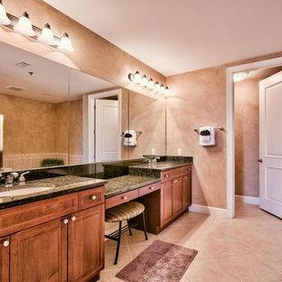 Cette photo montre une salle de bain bord de mer.