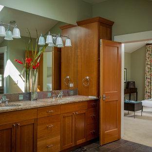 Diseño de cuarto de baño principal, actual, de tamaño medio, con puertas de armario marrones, baldosas y/o azulejos marrones, baldosas y/o azulejos de cemento, paredes verdes, suelo de azulejos de cemento, lavabo encastrado, encimera de granito, suelo gris y encimeras marrones