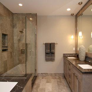 Diseño de cuarto de baño principal, urbano, de tamaño medio, con armarios con paneles empotrados, bañera encastrada sin remate, combinación de ducha y bañera, baldosas y/o azulejos beige, baldosas y/o azulejos de piedra, paredes grises, suelo de travertino, lavabo bajoencimera y encimera de granito