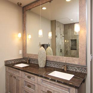 Foto de cuarto de baño principal, urbano, de tamaño medio, con armarios con paneles empotrados, puertas de armario beige, bañera encastrada sin remate, baldosas y/o azulejos beige, baldosas y/o azulejos de piedra, paredes grises, suelo de travertino, lavabo bajoencimera y encimera de granito